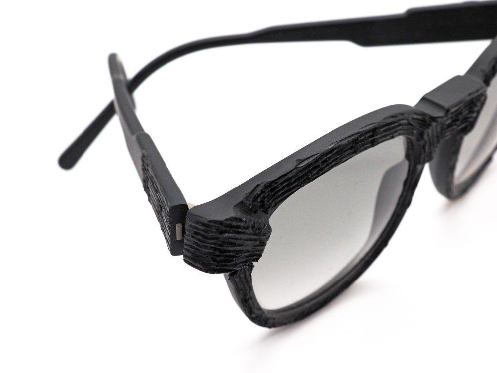 ゴツゴツの黒メガネ彫ったり炙ったり